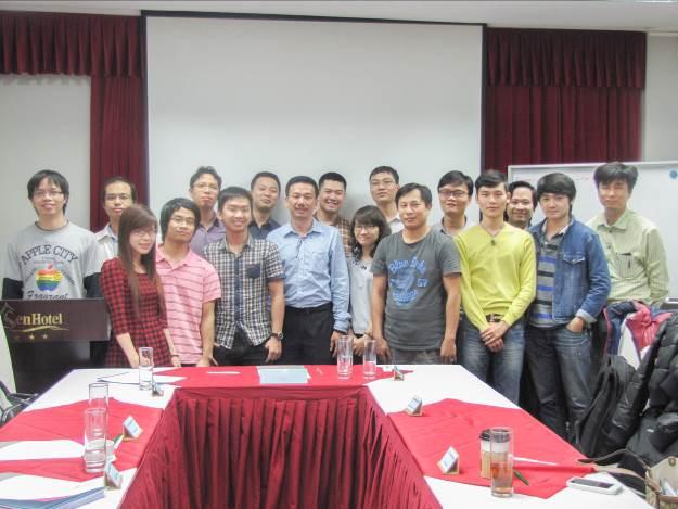 Giảng viên chụp hình kỉ niệm cùng học viên và đại diện ECCI Việt Nam