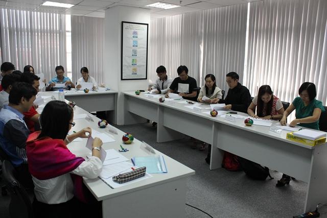 Học viên đang được hướng dẫn về mô hình Scrum tại lớp học Agile Scrum của ECCI Việt Nam