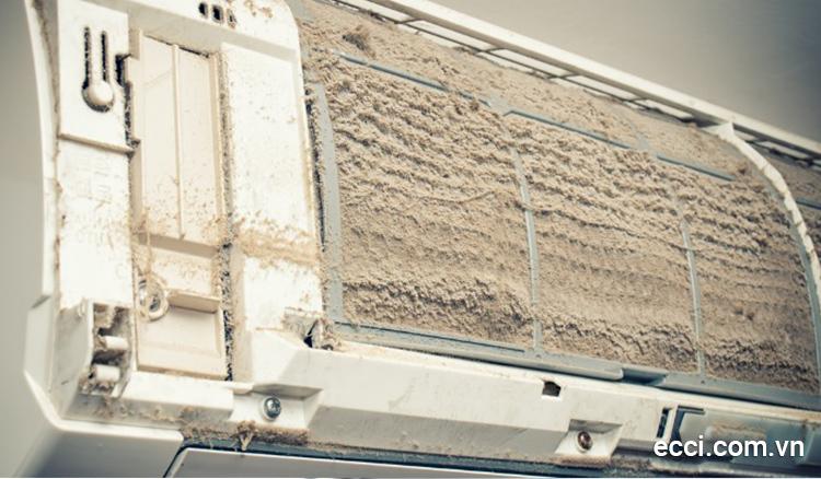Lưới lọc của dàn lạnh bị bụi bẩn bám nhiều khiến cho quạt gió của điều hòa không thể thổi hơi lạnh ra ngoài được.