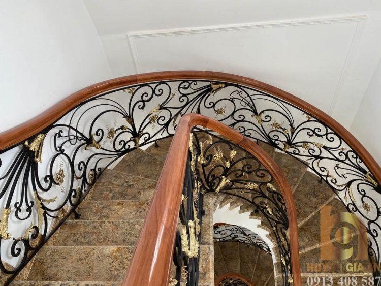 Cầu thang sắt mỹ thuật trong nhà