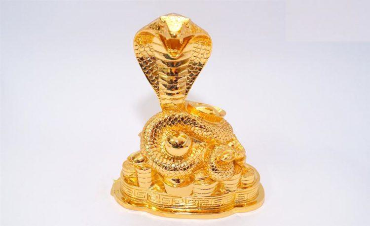 Tượng Rắn cuộn thỏi vàng bằng đồng
